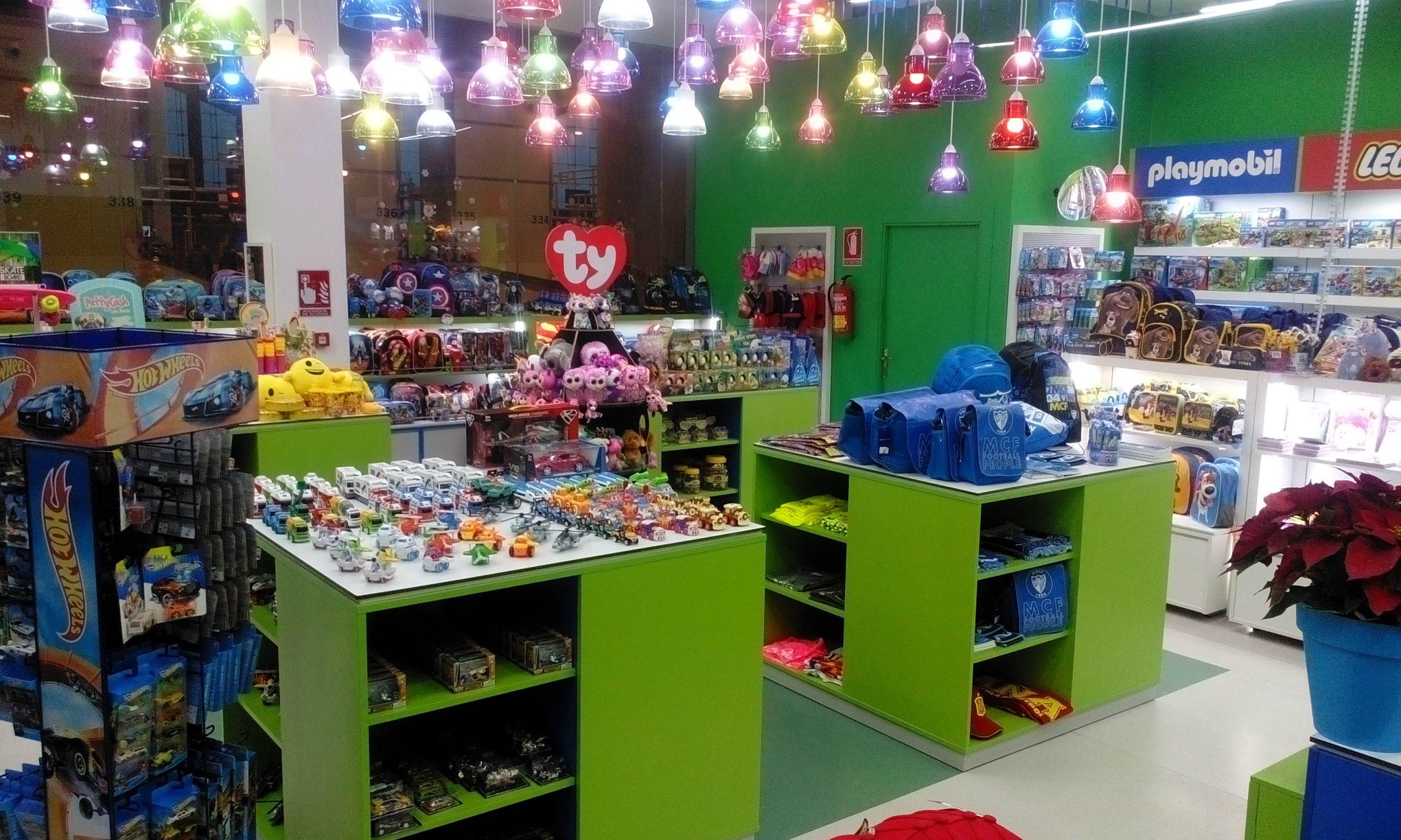 Mobiliario comercial: usa góndolas para decorar tu tienda